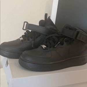 NIKE BLACK AIR FORCE 1 MID